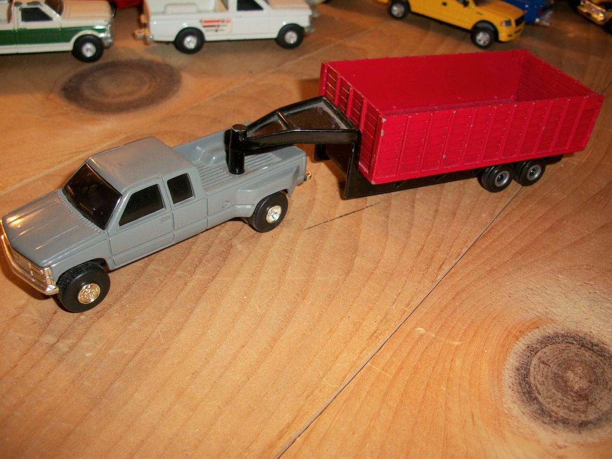 Ertl 1 64 Gray GMC 3500 Dually Pickup With Gooseneck Grain